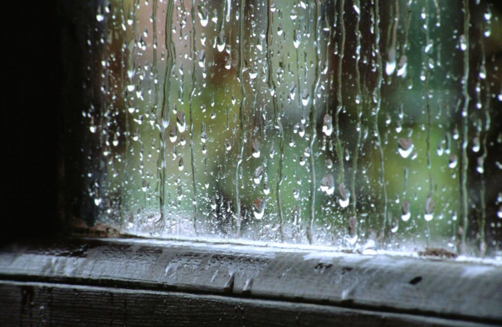 Melihat hujan yang turun dengan deras sehingga tidak bisa keluar rumah.