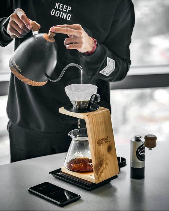 Barista sedang meracik kopi dengan metode V60